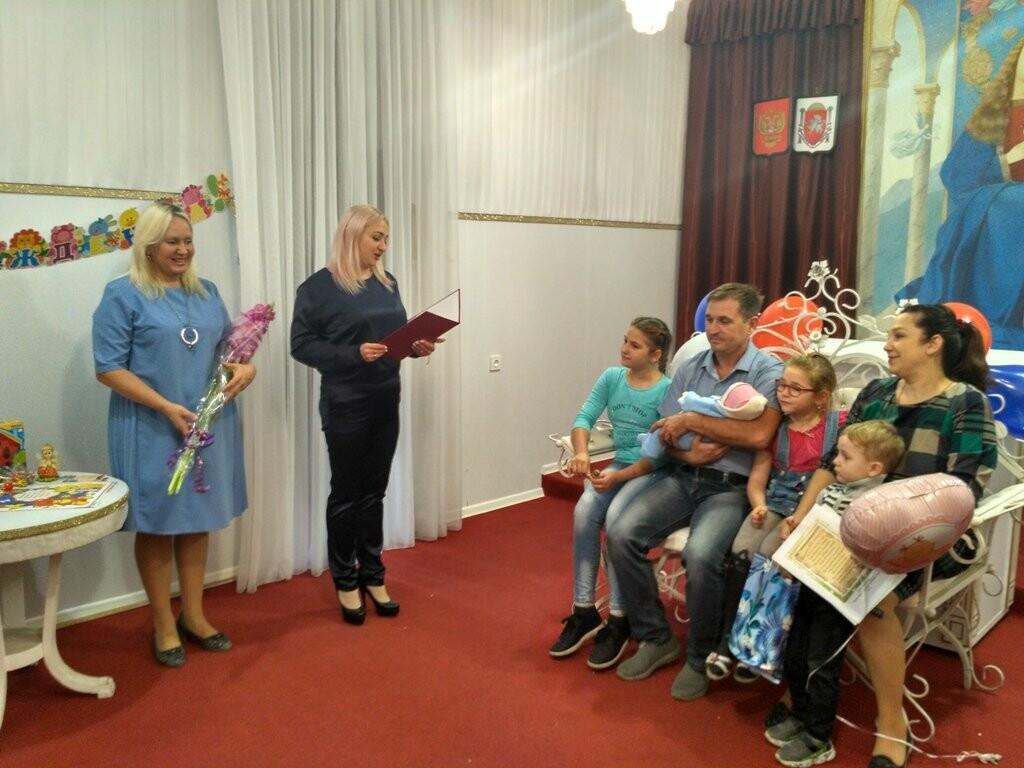 В Ялте многодетную семью поздравили с рождением пятого ребенка, фото-2