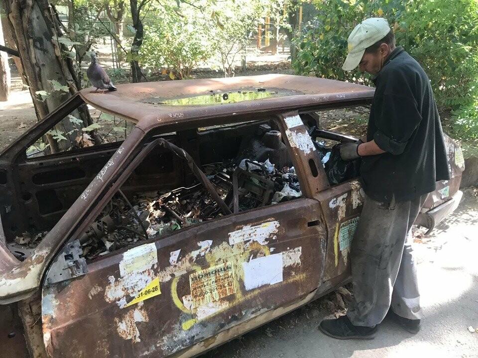 Фотофакт: в Ялте на улице Московской утилизировали сгоревший автомобиль, фото-1