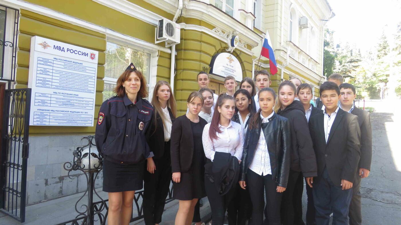 Для школьников Ялты в преддверии выбора профессии провели экскурсию в местное УМВД, фото-1