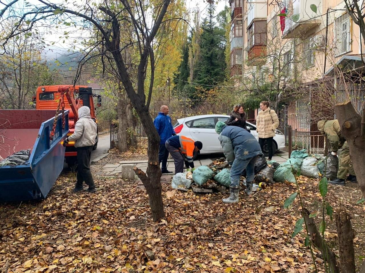 В рамках субботника в Ялте было вывезено 137 кубометров мусора, фото-3