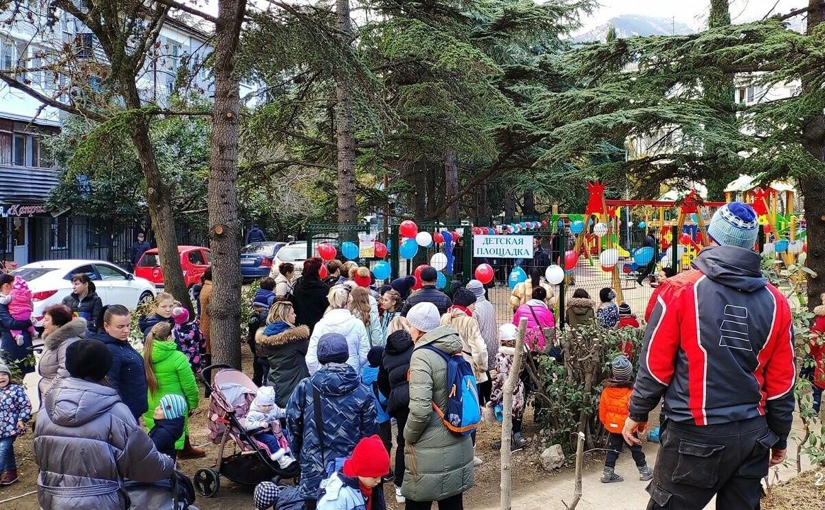 В Ялте на улице Кривошты открыли  спортивную и детскую площадки, фото-1