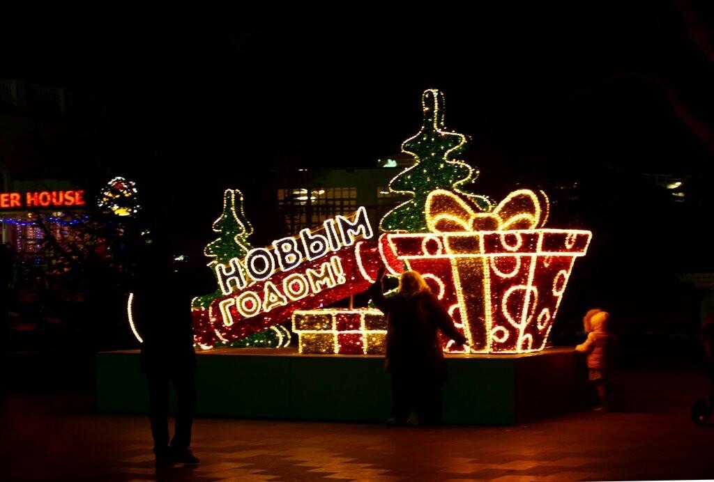 Новогодняя иллюминация будет появляться на улицах Ялты вплоть до 28 декабря, фото-4