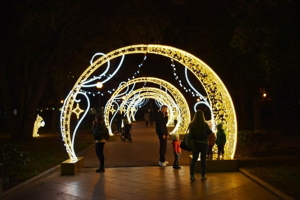 Новогодняя иллюминация будет появляться на улицах Ялты вплоть до 28 декабря, фото-7