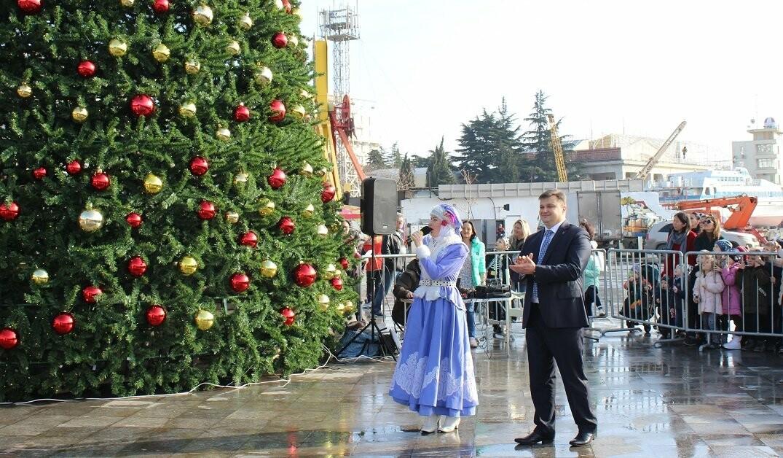 Новая 16-метровая главная ёлка Ялты открылась!, фото-2