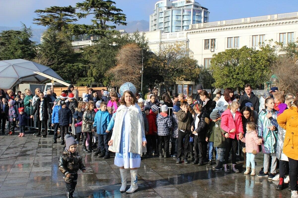 Новая 16-метровая главная ёлка Ялты открылась!, фото-4