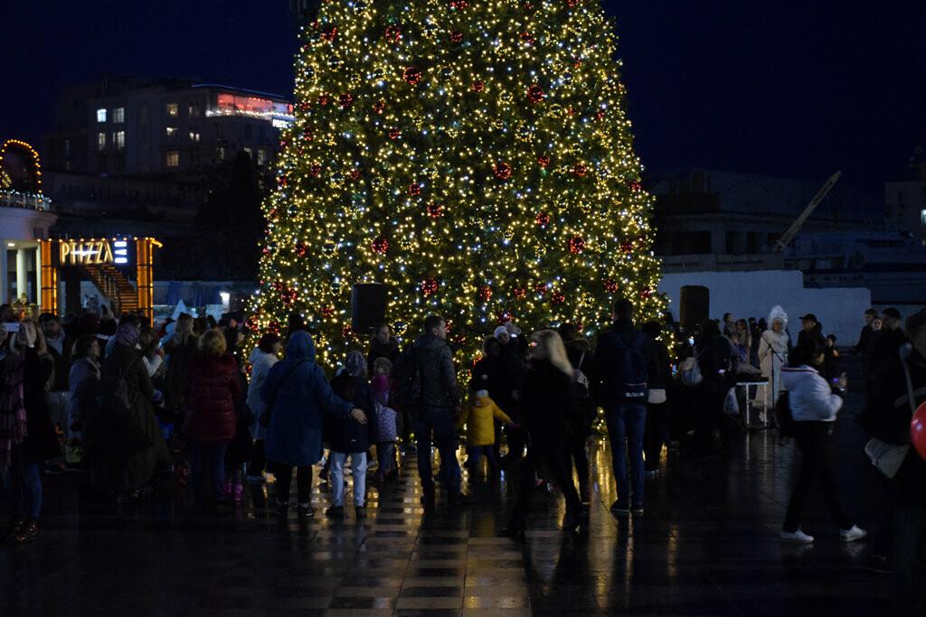 На набережной Ялты запустили праздничную иллюминацию, - фото , фото-9
