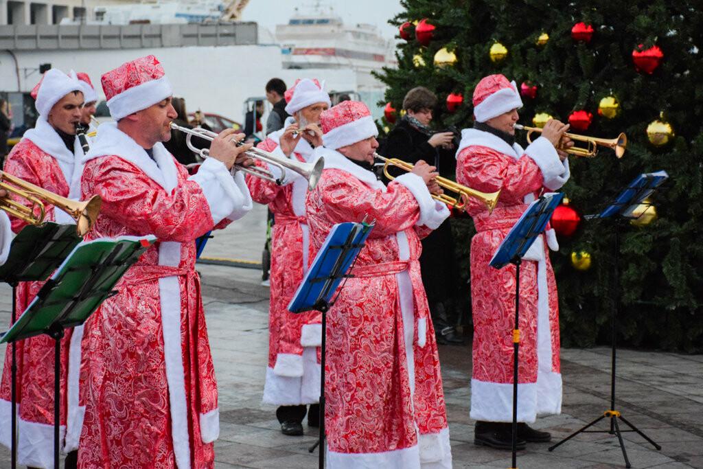 На набережной Ялты запустили праздничную иллюминацию, - фото , фото-4