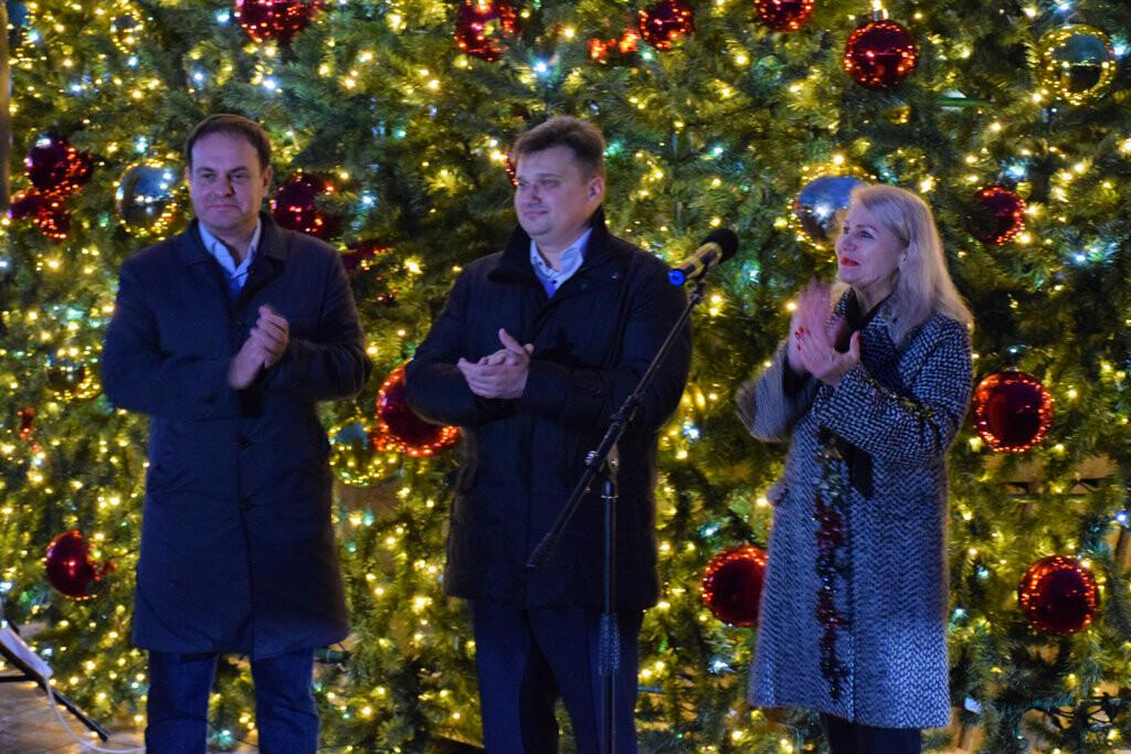 На набережной Ялты запустили праздничную иллюминацию, - фото , фото-2
