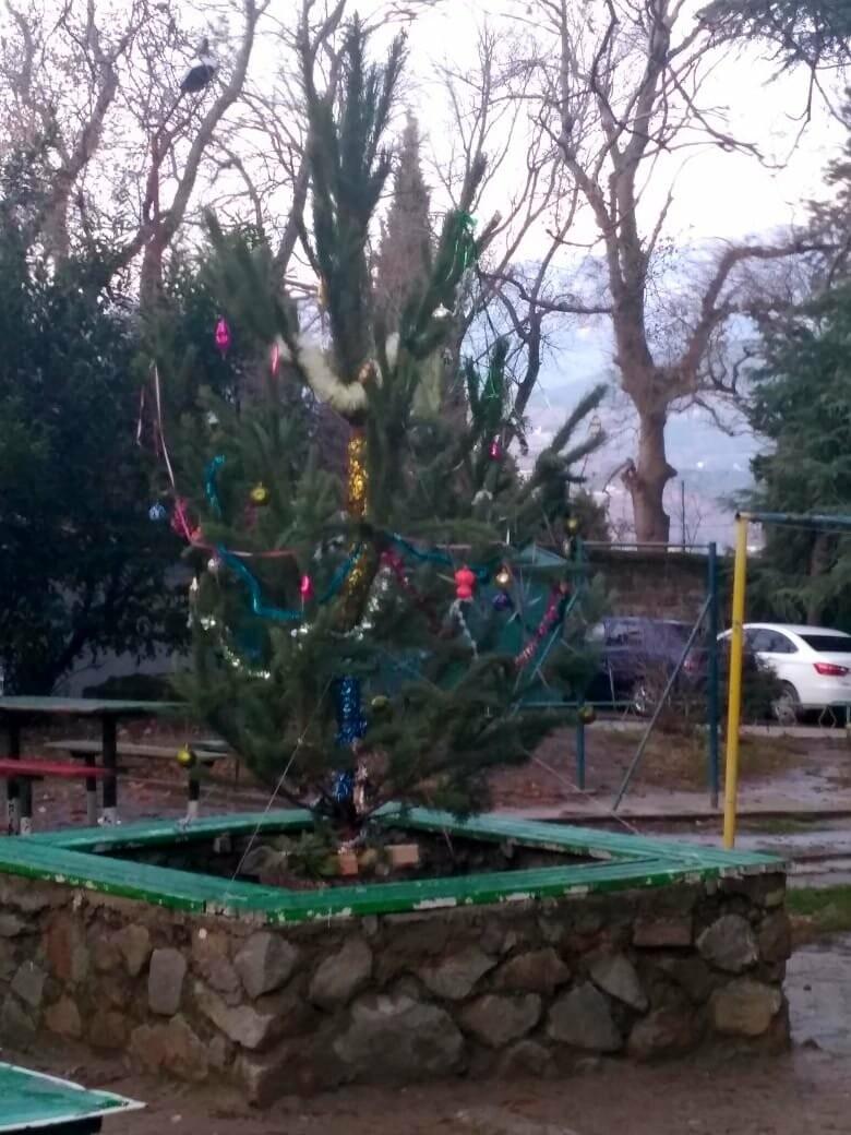 Жители Ялты украшают придомовые территории к Новому году, фото-2