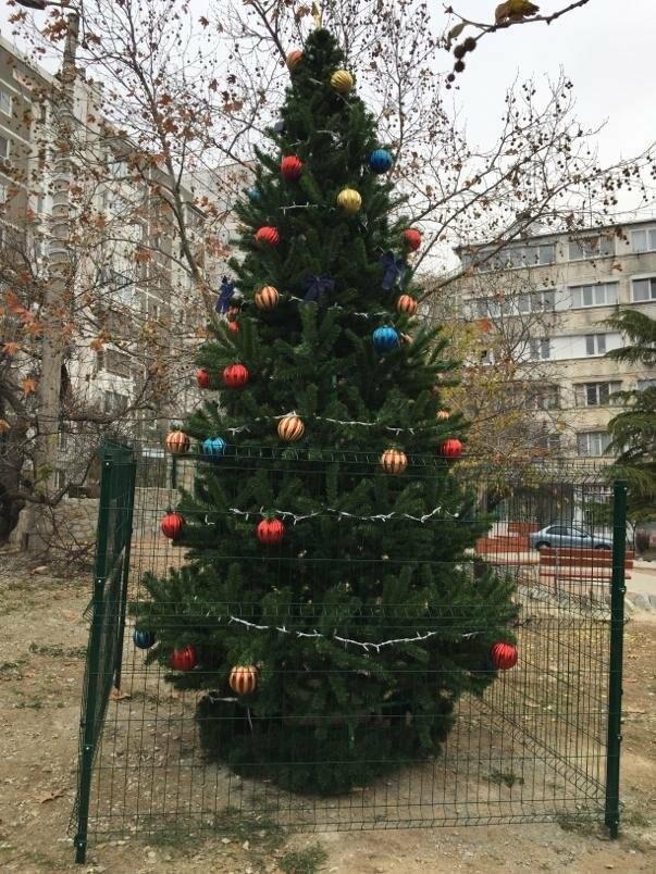 Жители Ялты украшают придомовые территории к Новому году, фото-5