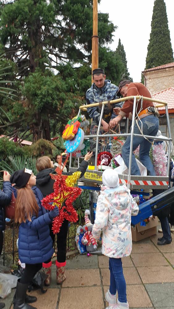 В Никитском ботаническом саду 340 игрушек украсили 11-метровый секвойядендрон, фото-2