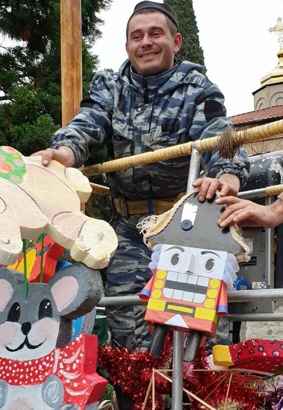 В Никитском ботаническом саду 340 игрушек украсили 11-метровый секвойядендрон, фото-3