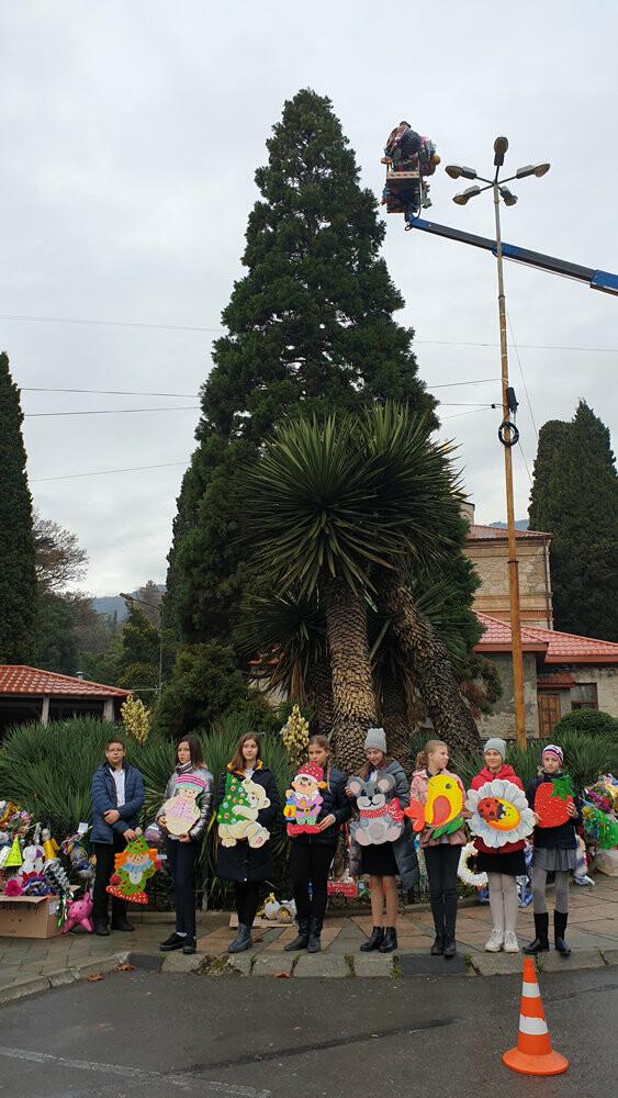 В Никитском ботаническом саду 340 игрушек украсили 11-метровый секвойядендрон, фото-6