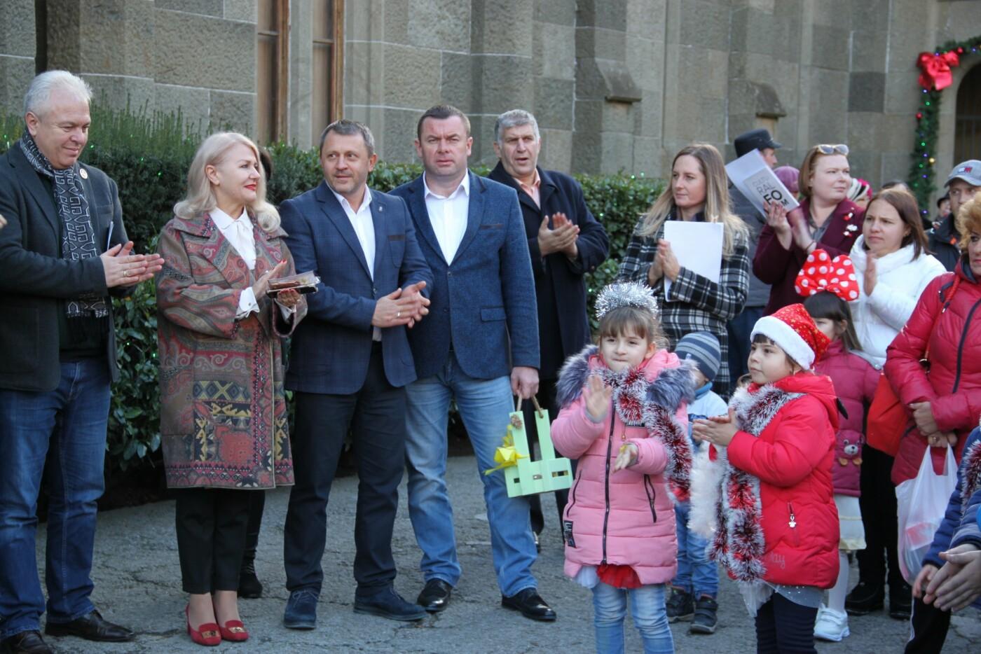 В Алупке в честь открытия городской елки прошагал Первый парад сказочных персонажей, фото-2