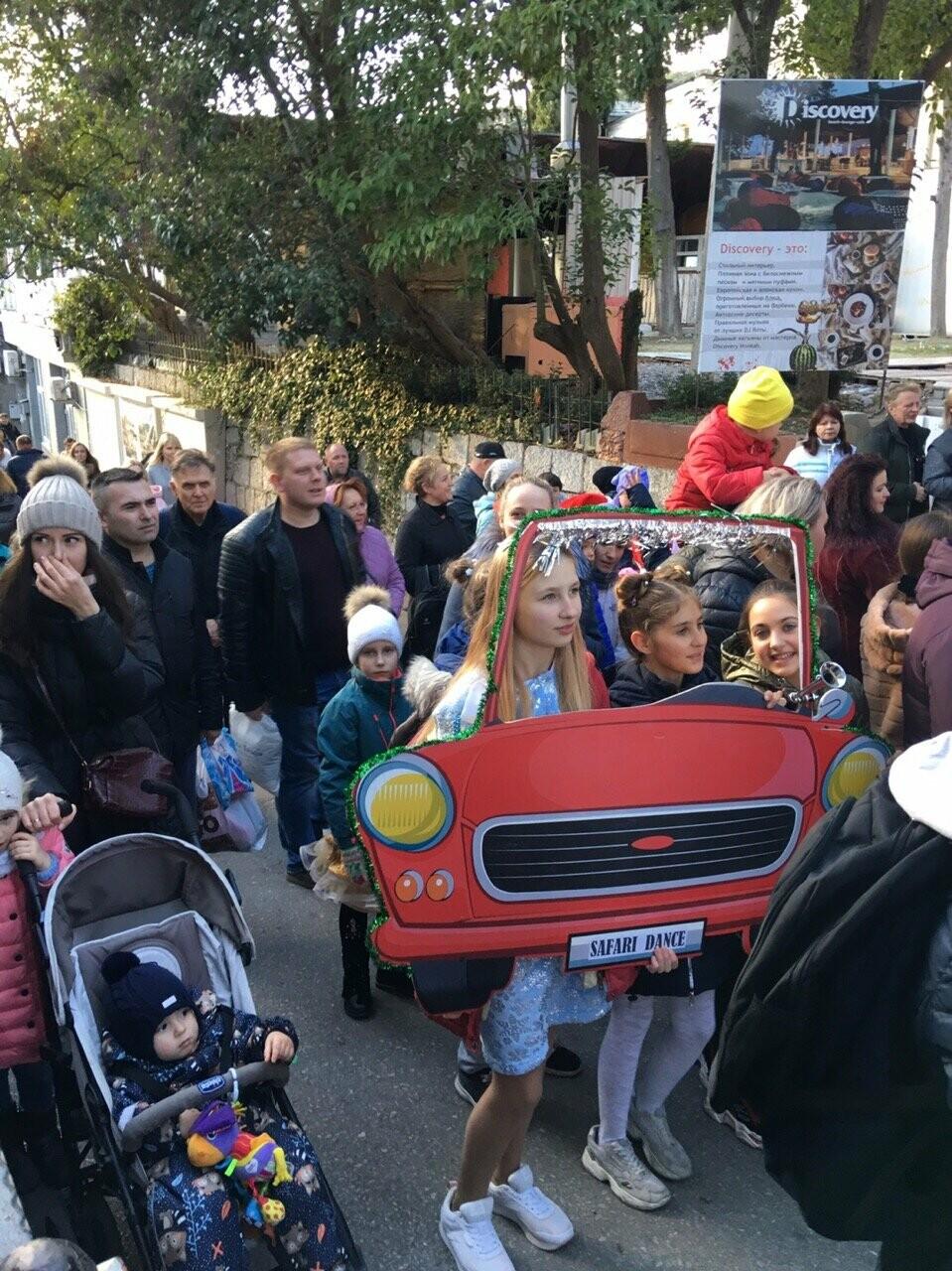 В Алупке в честь открытия городской елки прошагал Первый парад сказочных персонажей, фото-7