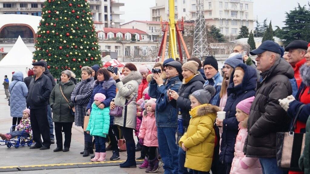 Рекордные 35 тысяч человек на Набережной: Ялта отметила Новый Год и Рождество, фото-8