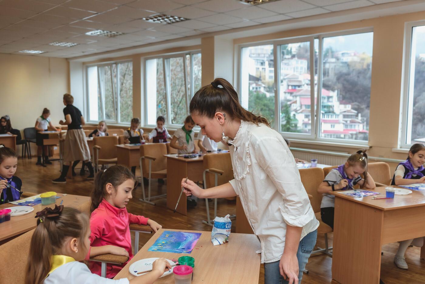 В Ялтинской школе № 1 для школьников провели художественный мастер-класс, фото-1