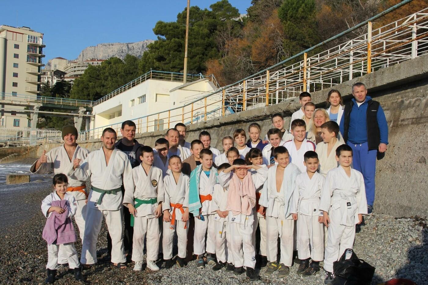 В Крещение юные дзюдоисты Ялты провели открытую тренировку и искупались в море, фото-1