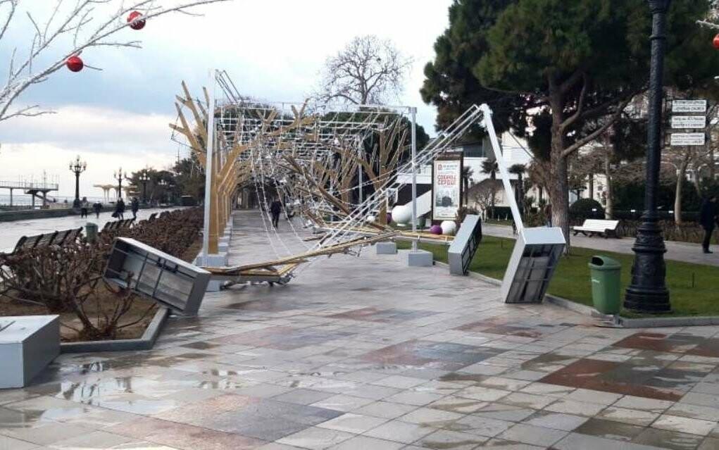 Резкое ухудшение погоды в Ялте: ветер повалил деревья и новогодние конструкции на Набережной, фото-1