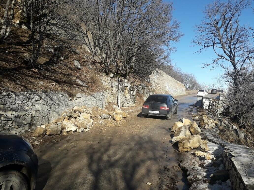 Фотофакт: оползень перекрыл дорогу на плато Ай-Петри, фото-1