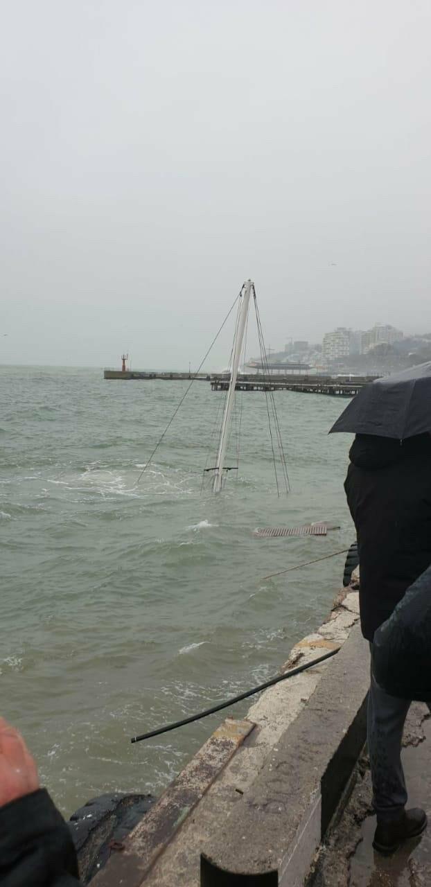 Фотофакт: Во время шторма в Ялте затонула яхта, - видео, фото-1