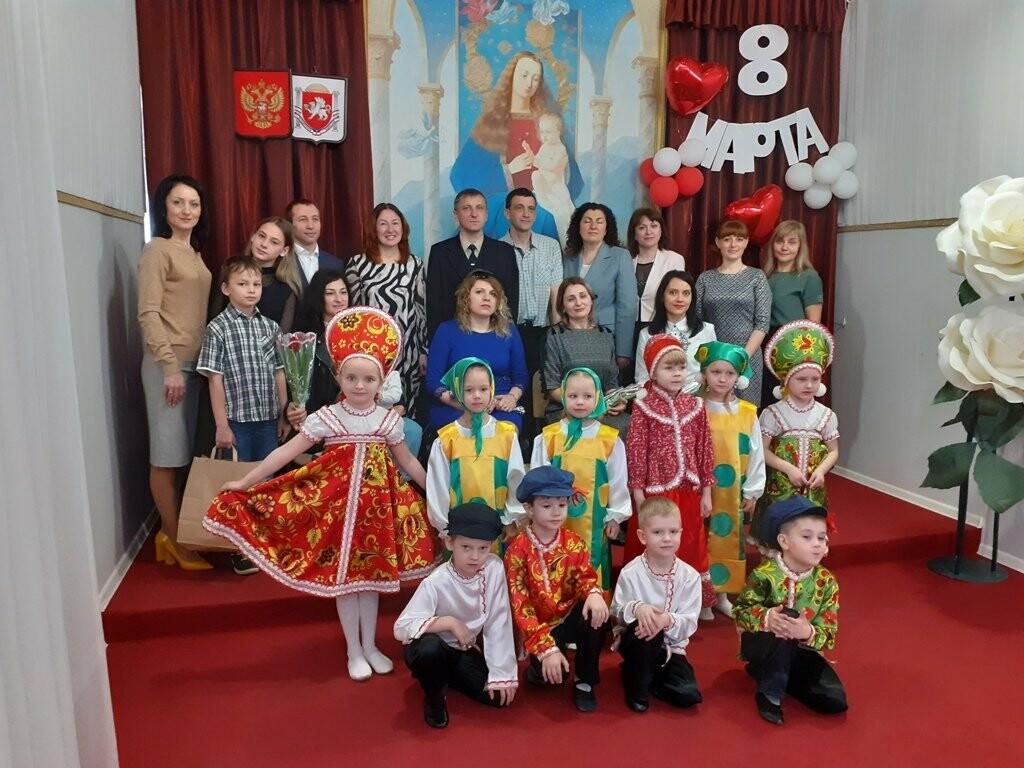В Ялтинском ЗАГСе накануне 8 марта чествовали многодетных мам, фото-2