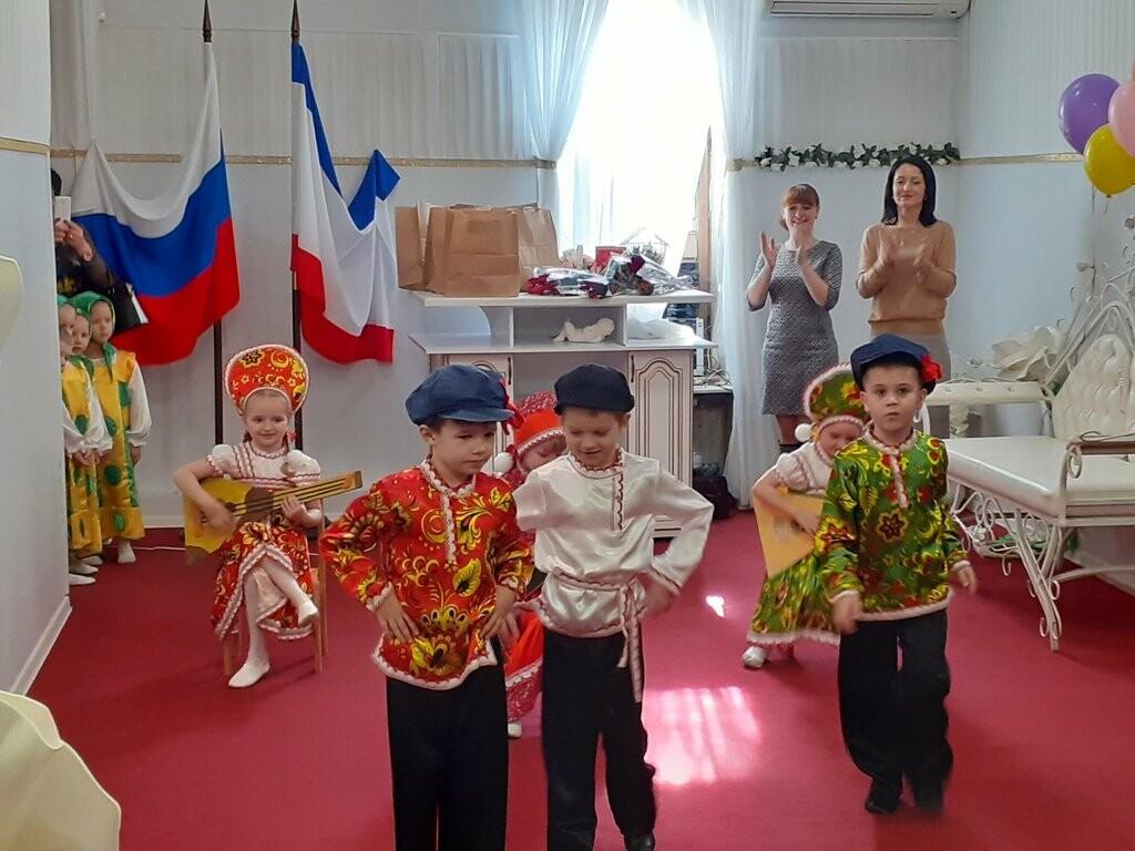 В Ялтинском ЗАГСе накануне 8 марта чествовали многодетных мам, фото-3