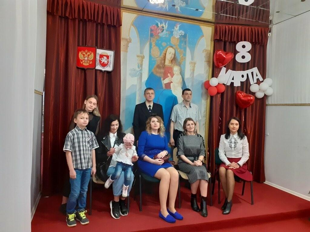 В Ялтинском ЗАГСе накануне 8 марта чествовали многодетных мам, фото-1