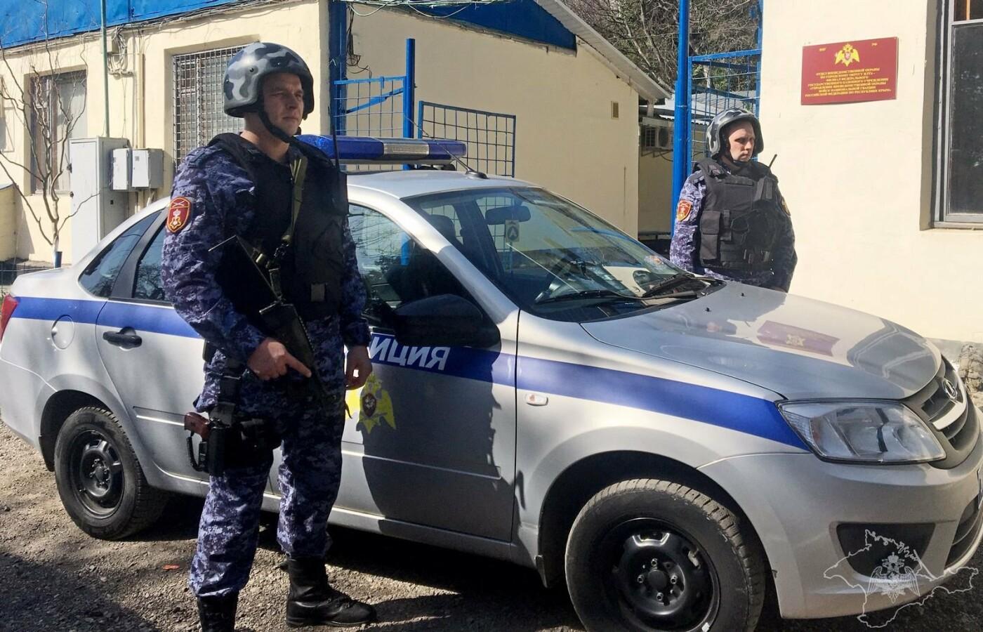 В Ялте росгвардейцы задержали ночного взломщика кафе с выручкой в кармане, фото-1
