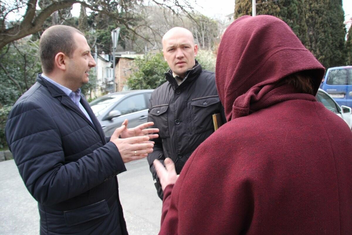 Ялтинцы жалуются, что не могут безопасно пройти по улице Садовой, - разбирались депутаты, фото-1