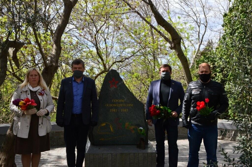 Гаспра отметила День освобождения Ялты возложением цветов монументу Героям-освободителям, фото-1
