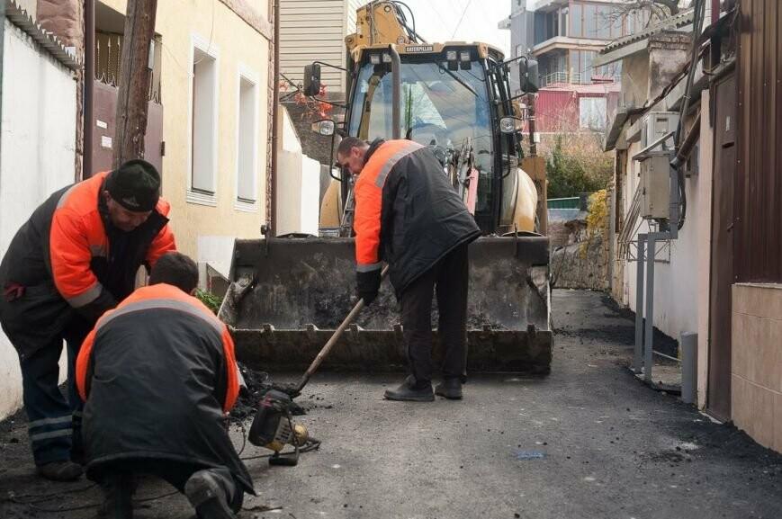 ВЯлте перестарались сукладкой асфальта и«замуровали» граждан