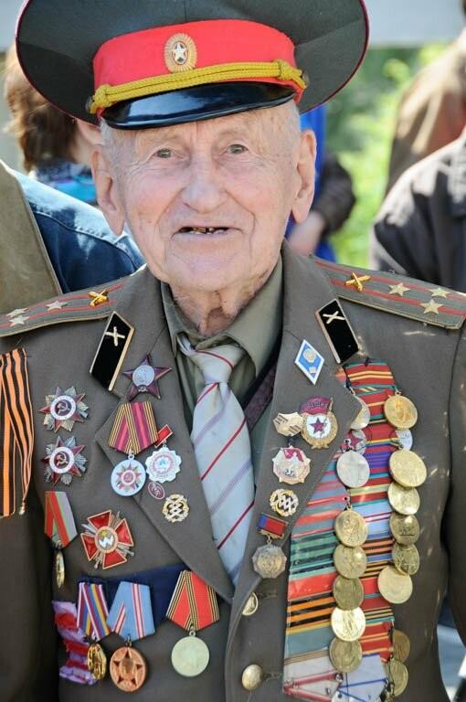 На мемориал «Холм Славы» почтить память освободителей города пришли ветераны Великой Отечественной войны, дети войны, руководство города, депутаты...